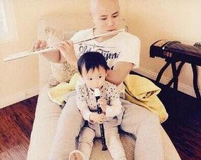 儿在韩国度假,父女二人坐着旋转木马,画面很是温馨.对此,很多网...