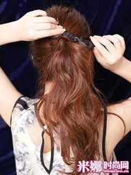 甜蜜的轻   熟女   感觉,留出两鬓的碎发是关键.   轻轻捏取头顶发丝向...