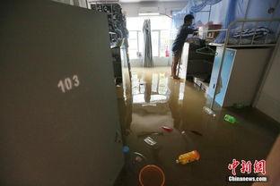 在南京理工大学宿舍区内,部分一楼寝室积水严重.-雨 泡 南京 迫大学...