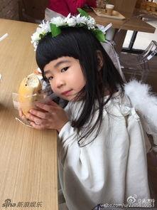 姐也色韩国-曹格女儿姐姐白裙卖萌似天使 不顾形象豪放吃面包