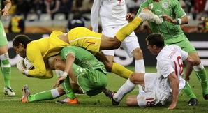 英国乱乱片-英格兰0 0阿尔及利亚 赛场一片混乱