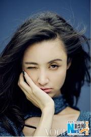 ...中,张歆艺重现清纯唯美的俏丽文艺形象,以微卷发和爵士风格亮...