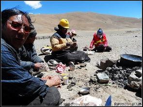 红尘路途-藏族人出外一般都是临时捡点牛粪、马粪就能架起锅来烧水煮茶   真是...