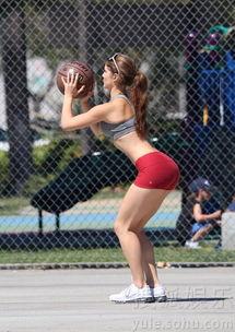 阿曼达瑟妮热裤打篮球 花花公子女郎展完美腹肌