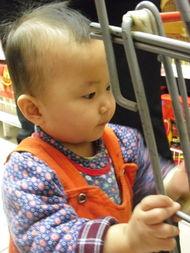 ...只手放在腿上,弯下腰开始寻找好东西-超市购物狂