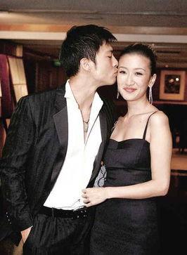 ...,9月9日晚在香港与男友安志杰十指紧扣出席活动,还情不自禁当...