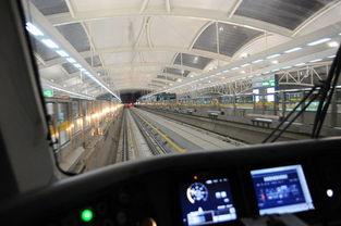 图说:1点31分,曹坤驾驶着16号线新年第一班列车接近龙阳路站.-...