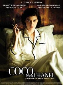 )在电影《时尚先锋香奈儿》中的封面造型,尽管身穿睡衣,但奥黛丽...