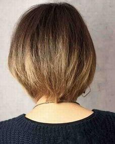 背面的发型则是简单大方,与前侧的个性短发发型形成了鲜明的对比....