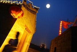 10月6日晚,北京宛平城西南角楼上空升起一个巨型人造月亮,再现当...