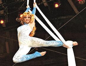 美艾人体艺术-...故原因是缠住她身体的纱带从天花板脱落.成百上千名观众目睹这一...