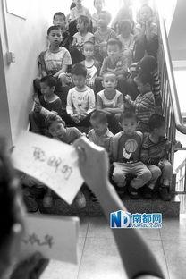 孩子们坐在楼梯间上英语课.-国学馆童生的半日课