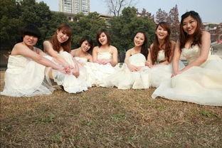 女学生制服裤袜av-...颖和同班的6个女同学一起穿上了洁白的婚纱,拍摄了一组别样的毕...