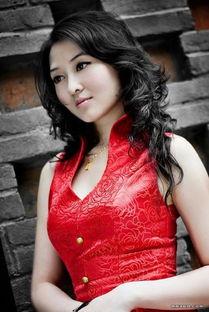 丰腴性感美女红色旗袍