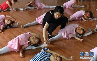 ...孩子们进行地面横叉组合训练.    摄 -小城飞扬舞蹈梦