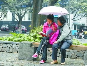 ...中坚持读英语,老人给她撑伞.  李先生摄于渝中区 139*****792-...