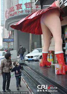 青少年露内裤-... 少儿不宜露 底裤 街头引围观 五