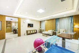 明亮的一室一厅单间病房   家庭式病房内电视冰箱沙发一应俱全   作为...