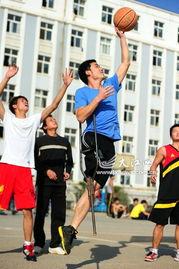 荆州 励志篮球帝 走红网络 拄拐杖打篮球