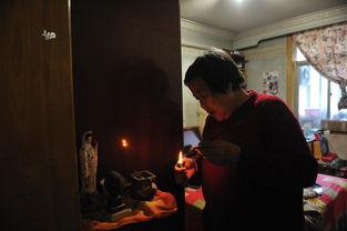 老人在家中角落里摆放着一个香案,每天按时烧香祈福,口中不停的...