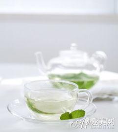 水或者淡茶水;蜂蜜水、豆浆、柠檬水等饮品也能适当喝些.