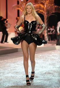 ...刚刚产子的荷兰模特劳拉・斯通(Lara Stone),年收入320万美元...