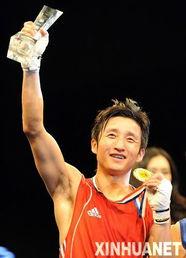 国选手邹市明在51公斤级决赛中战... 当日,2010亚洲拳王争霸赛在北京...