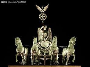 四马战车雕像的夜景图片