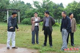 验收小组在仙安小学-曲界镇三所完小通过县规范化学校验收
