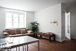 水果,更有这类分分明明的室内风格.深色实木地板和纯白色的墙面绝...