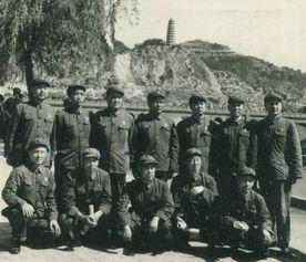 上世纪70年代高全宽(后排左三)与同事在延安-永远的高司令