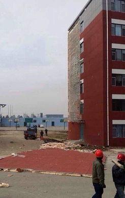 吉林长春一高校宿舍楼墙皮被四级风吹落一半 图