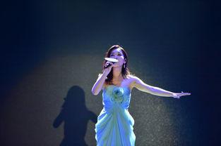 因为在《冰雪奇缘》中演唱中文版主题曲《随它吧》让胡维纳被更多...