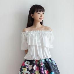 小禹韩国 甜美可爱丝滑缎面一字领露肩收腰t恤娃娃衫