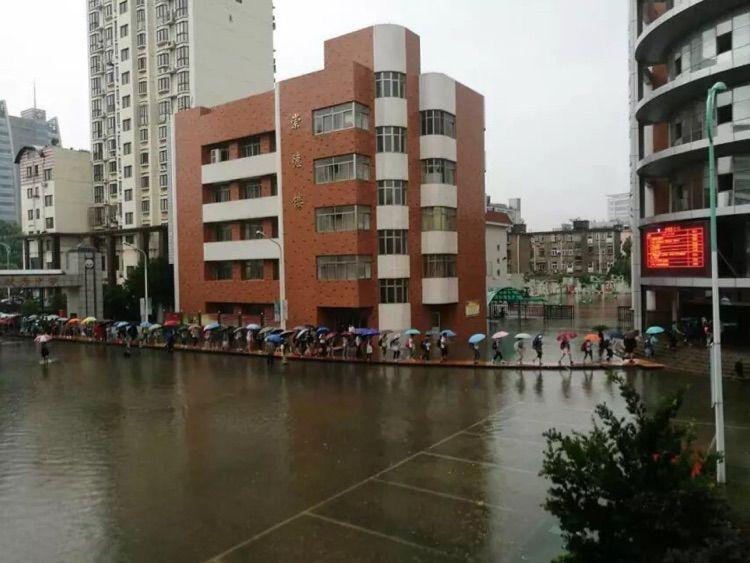 雨起风动-风在动,雨在下,水面起了浪,但是浮桥稳稳地.   第一个到校的学生...