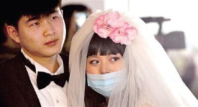父亲望着出嫁的女儿   偷偷抹了把眼泪   化好妆,换上白色婚纱,会香...
