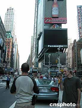 美东时间十四日下午,纽约曼哈顿闹市街道上的红绿灯突然熄灭了,...