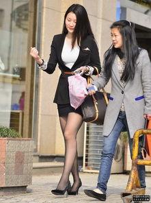 街拍的职业套装黑丝袜美女