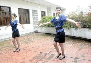 双胞胎姐妹秀才艺-川航招500名空哥空姐 首日2000人参加面试