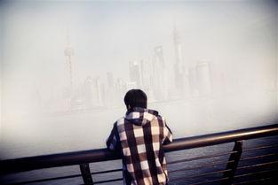 污一点的网名男生-一名男子站在上海最繁华的金融区域官网,这里被空气污染的雾霾包围...