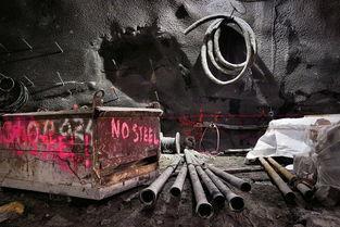 碎尘越境者-铁箱子用来运输土和碎石,管道用于输送混凝土.为了将隧道扩大以建...