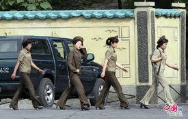 朝鲜女兵着军装背步枪巡视