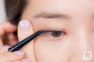 刷沾取A款左侧米色眼影点涂1/2靠眼头位置,水润光泽的眼部引人留意...