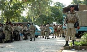 巴基斯坦军人在红色清真寺附近执行任务