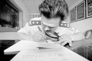 ...着放大镜在撰写法医鉴定报告.            (资料图片)-盲眼警察 黎定琦