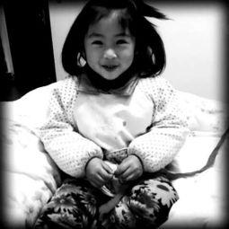 ...送的,我姐说是垃圾桶捡的,外甥女正在玩我做花的丝袜,突然抬起...