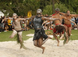 土著人表演传统舞蹈庆祝澳大利亚国庆日