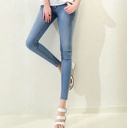 浅色牛仔裤配什么上衣更有特色 如何搭配浅色牛仔裤更靓丽