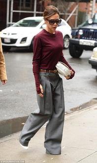 眼镜,穿着白色高跟鞋,下面是灰色的拖地长裤,上面是综色的毛衣,...