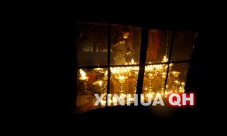 劫灯-4月20日晚,在玉树机场,参加救援的军人在忙着搬运救灾物资.地震...